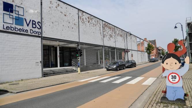 Asbest in bodem grasplein speelplaats Vrije Basisschool Dorp: pleintje en speelheuvels afgesloten, school staat voor raadsel