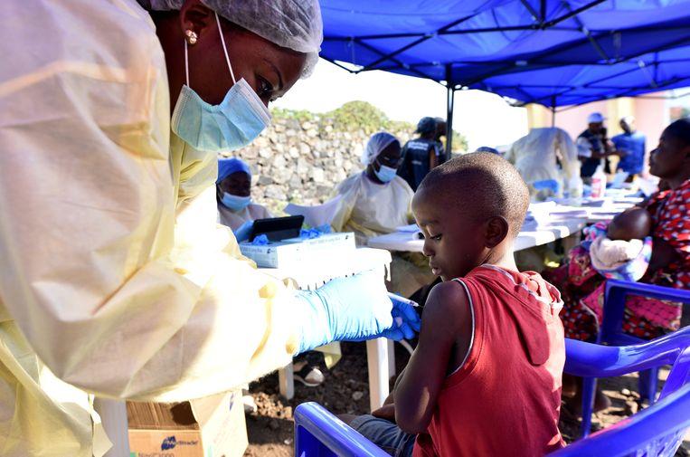 Congolese gezondheidswerker vaccineert een kind in Goma tegen ebola.   Beeld REUTERS/Olivia Acland
