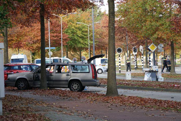De politie is al de hele nacht en ochtend bezig met uitgebreid onderzoek naar de wildwesttaferelen in Veldhoven. Buurtbewoners hebben veel vragen over de achtervolging en schietpartij in hun buurt.