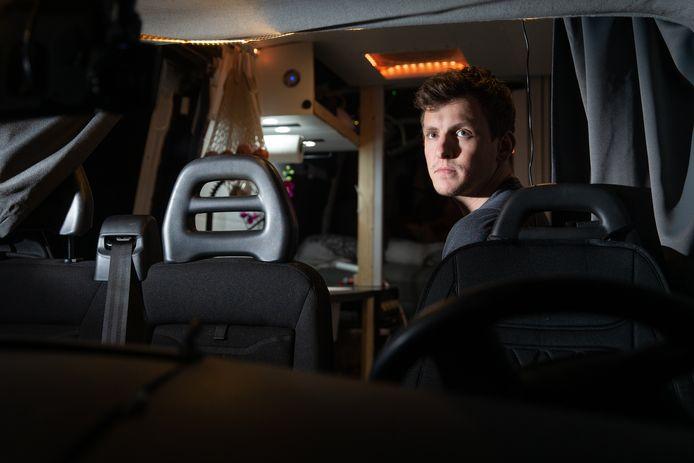 Thijs Roseboom in de bus waaruit zijn gitaar is ontvreemd.
