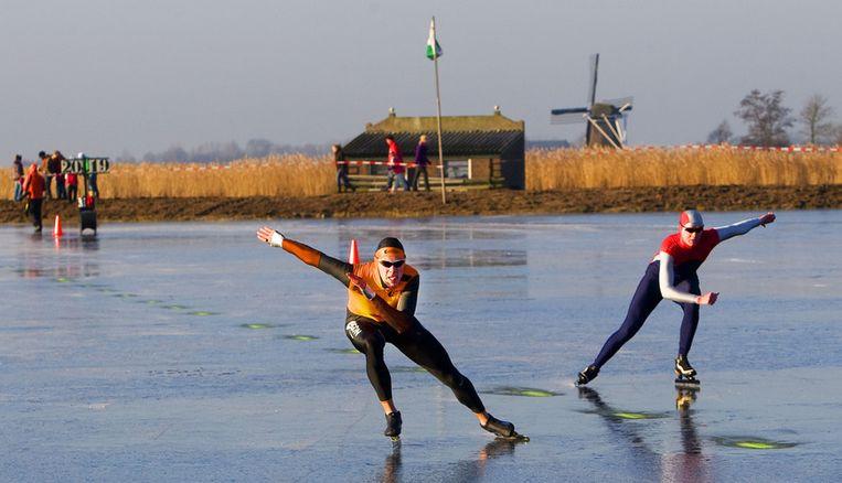 Het ijs op de Oostvaardersplassen heeft donderdag de vereiste dikte van vijftien centimeter. Foto ANP/Robin Utrecht Beeld