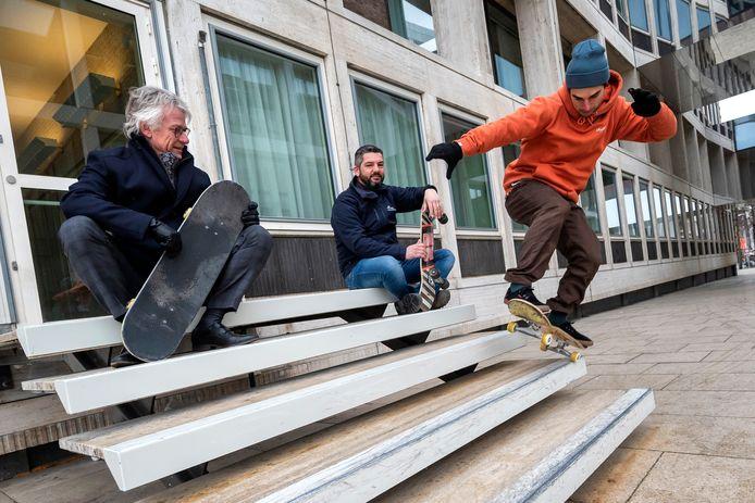 Onder toeziend oog van commissaris van de Koning John Berends (links) toont professioneel skateboarder Douwe Macaré zijn kunsten bij het provinciehuis in Arnhem.