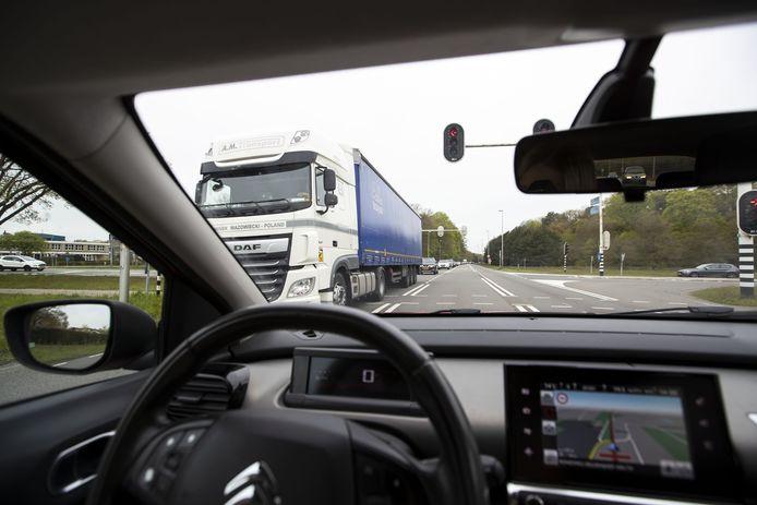 Omdat de A1 deels dicht zit, zoekt het verkeer sluiproute via onder meer Goor.