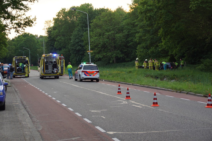 De brandweer probeert een bekneld geraakte vrouw uit een auto te halen aan de Bevrijdingsstraat in Doetinchem.