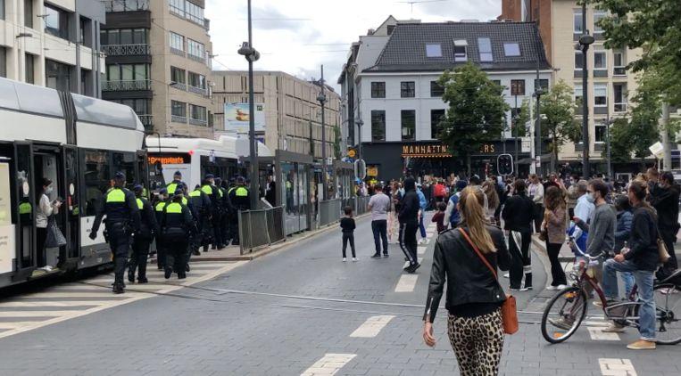 Een honderdtal manifestanten is met bussen naar de politiekantoren van de Noorderlaan gebracht. Beeld RV
