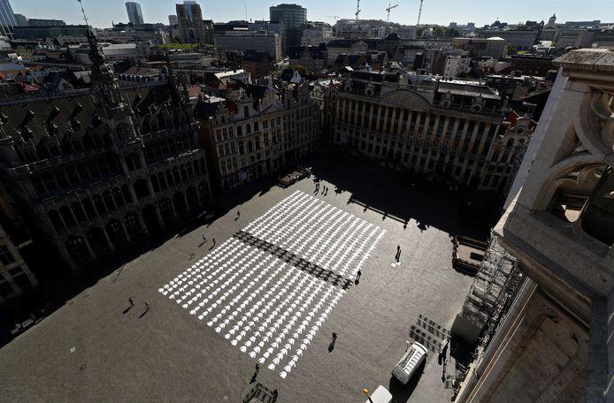 Des chefs cuisiniers bruxellois sont venus déposer leur veste blanche sur la Grand Place, jeudi en début d'après-midi, pour rappeler à quel point le secteur horeca souffre à la suite des mesures de confinement
