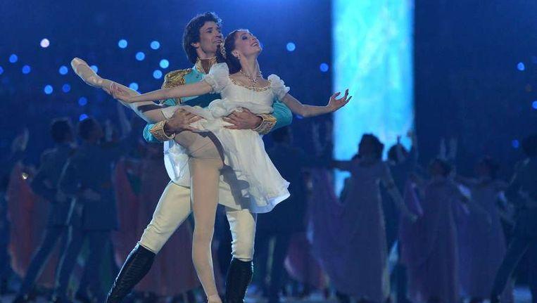 Balletdansers Danila Korsuntsev en Svetlana Zakharov tijdens de openingsceremonie Beeld EPA