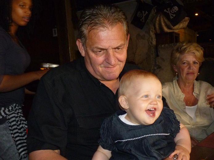 Bally met z'n kleindochter en echtgenote op de achtergrond