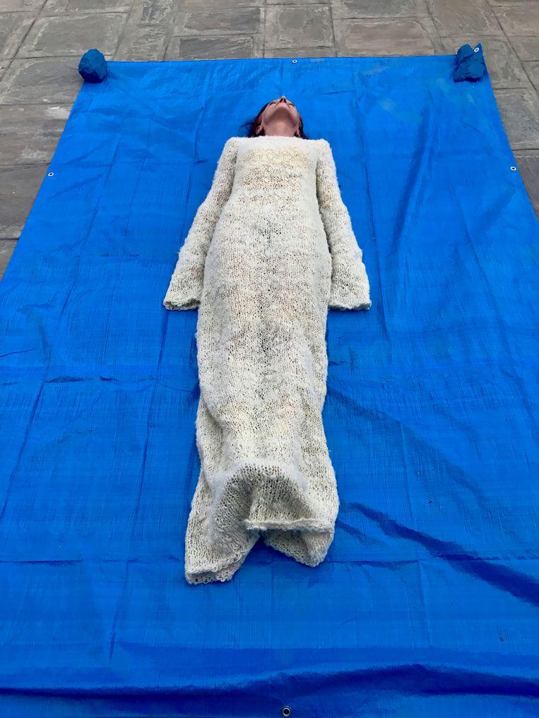 Performancekunst van de Belgische Marie Julia Bollansée op de Triënnale Kathmandu. Beeld rv Ben Van Alboom