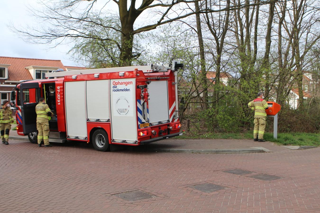 Bij een brievenbus aan de Laarwoud in Ede is onderzoek door de brandweer gaande.
