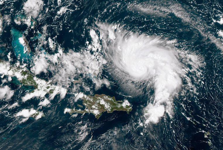 Op een satellietfoto is te zien hoe orkaan Dorian het Caraïbisch gebied verlaat en richting de kust van Florida trekt.  Beeld Getty Images