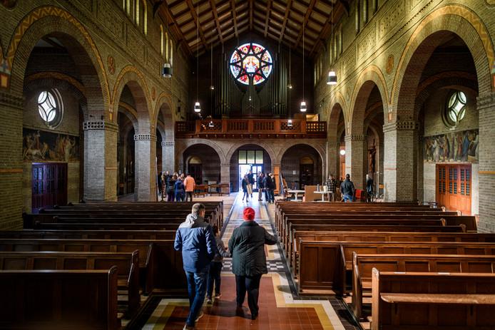 De Mariakerk is verkocht en voor de laatste keer open voor parochianen die nog een keer in hun kerk kunnen. Ze mogen spullen meenemen die het bestuur toch niet meer wil bewaren.