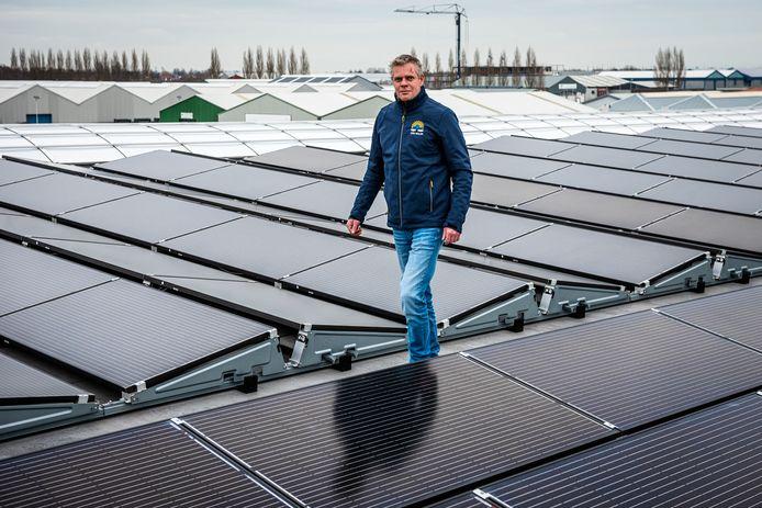 Bram van Osnabrugge van VDH Solar (op het ITC-terrein tussen Hazerswoude en Boskoop) tussen de gloednieuwe zonnepanelen. Door het tekortschietende stroomnetwerk kan deze installatie nog niet in gebruik worden genomen.