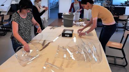 Leerkrachten van KSD maken gelaatsmaskers voor de hulpverleners in de zorgcentra