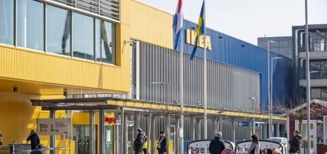 Stickers van gele mondkapjes op de borst schieten in verkeerde keelgat, IKEA zegt sorry: 'Dit kan echt niet!'