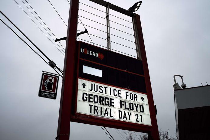 Op een bord in Minneapolis wordt gevraagd voor rechtvaardigheid voor George Floyd.