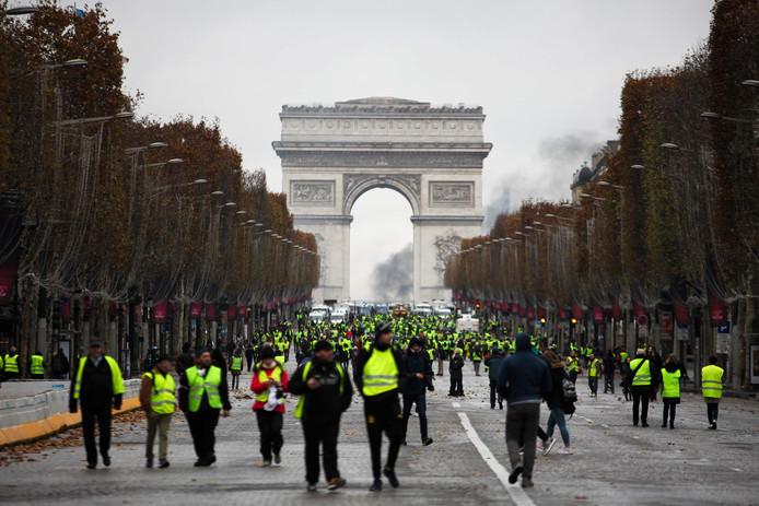 Demonstraties bij de Arc de Triomphe.