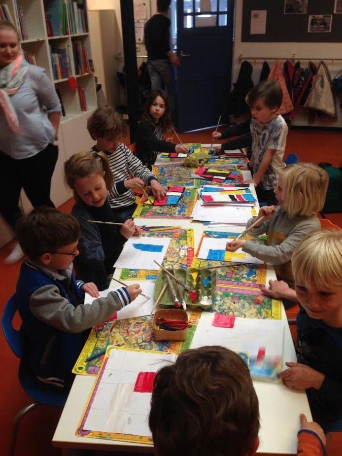 De tekeningen zijn gemaakt in de stijl van kunstenaar Mondriaan.
