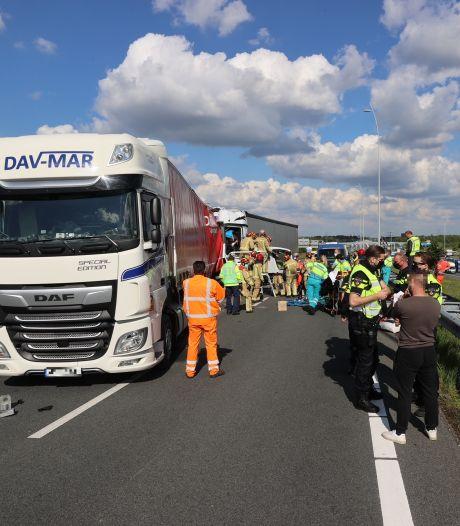 A67 richting Belgische grens dicht door ongeval met vrachtwagens, één persoon uren bekneld