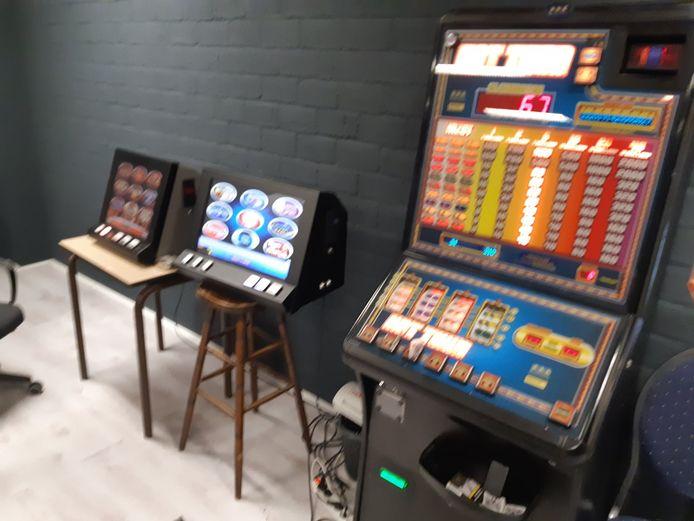 Agenten hebben in een bedrijfsruimte in Hengelo diverse gokautomaten aangetroffen.