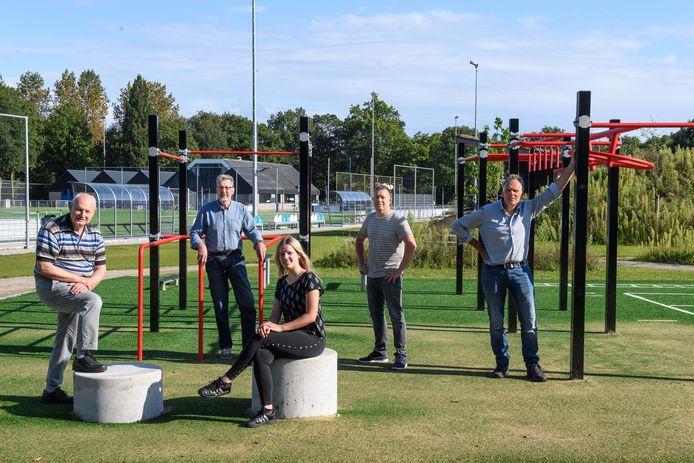 De betrokkenen zijn trots op de ontmoetingsplek op sportpark de Koppel. Van links naar rechts:  Wim Knoop, Jan Oonk, Lisette Averdijk, Maarten van der Kolk en Ben Ordelmans