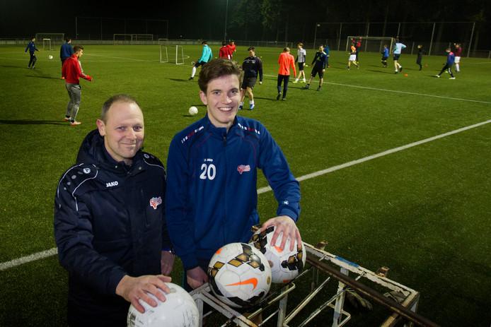 """Stiphout Vooruit-trainer Ronald Steijlen (hier met Bram Prinsen). ,,Twee duels in een weekend is niet optimaal."""""""