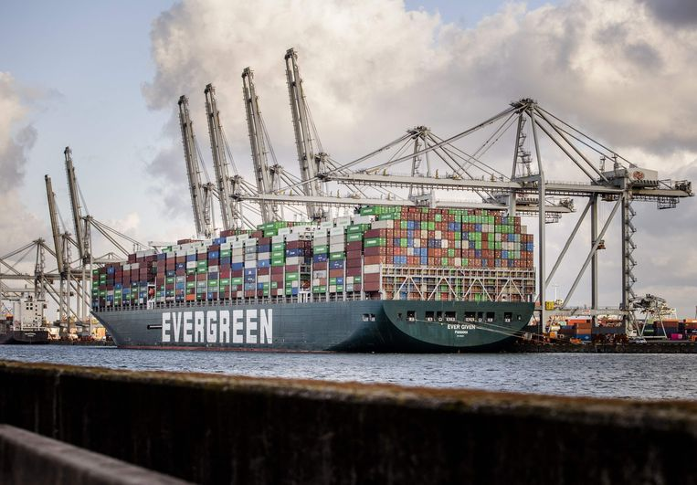 Afgelopen donderdag kwam de Ever Given met vier maanden vertraging in de Delta-terminal van de Rotterdamse haven aan. Eindelijk kon de enorme vracht worden gelost. Beeld AFP