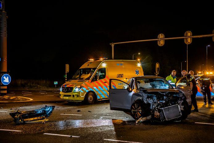 Grote schade op de kruising Bredaseweg - Burgemeester Letschertweg in Tilburg na weer een ongeluk.
