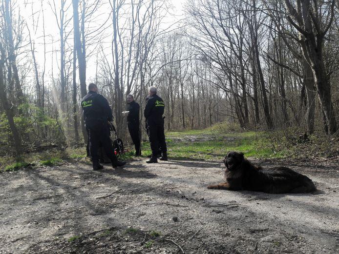 De politie zoekt in het bos naar sporen rond de vermissing van Herman Ploegstra.
