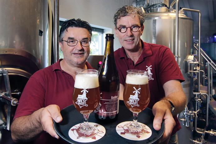 Wil Princen (links) en Wil van Haren met hun winnaar, de Bastion.