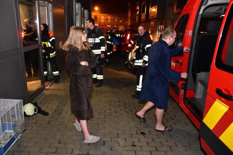 Met een brandweerbusje werden de bewoners naar de kazerne overgebracht.