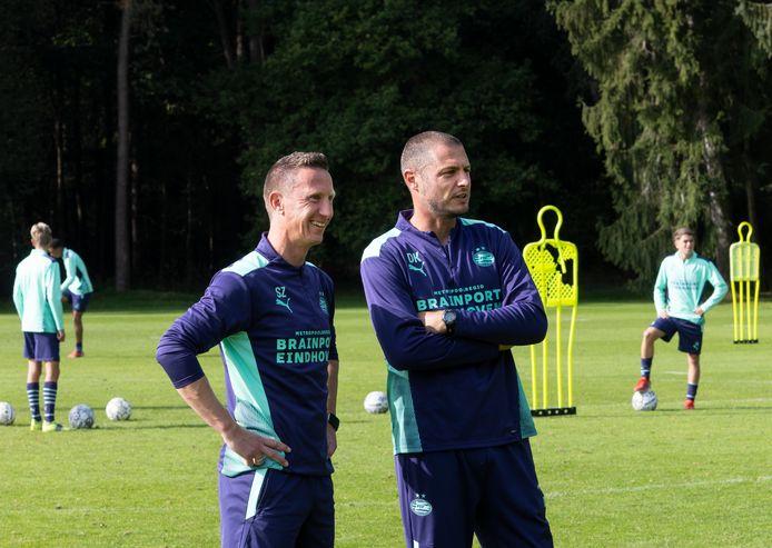 Sieme Zijm en Danny Koevermans als trainers op het veld bij PSV onder 17 jaar.