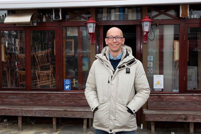 Michael Branth voor zijn horecadroom: Café Banka in de Bankastraat dat sinds het diep betreurde overlijden van uitbaatster Nel Schaap dicht is, met het karakteristieke terras op het zuiden en de serre.