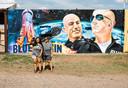 Twee Texaanse vrouwen nemen een selfie bij een mural van Jeff Bezos en zijn broer Mark in Van Horn, Texas.