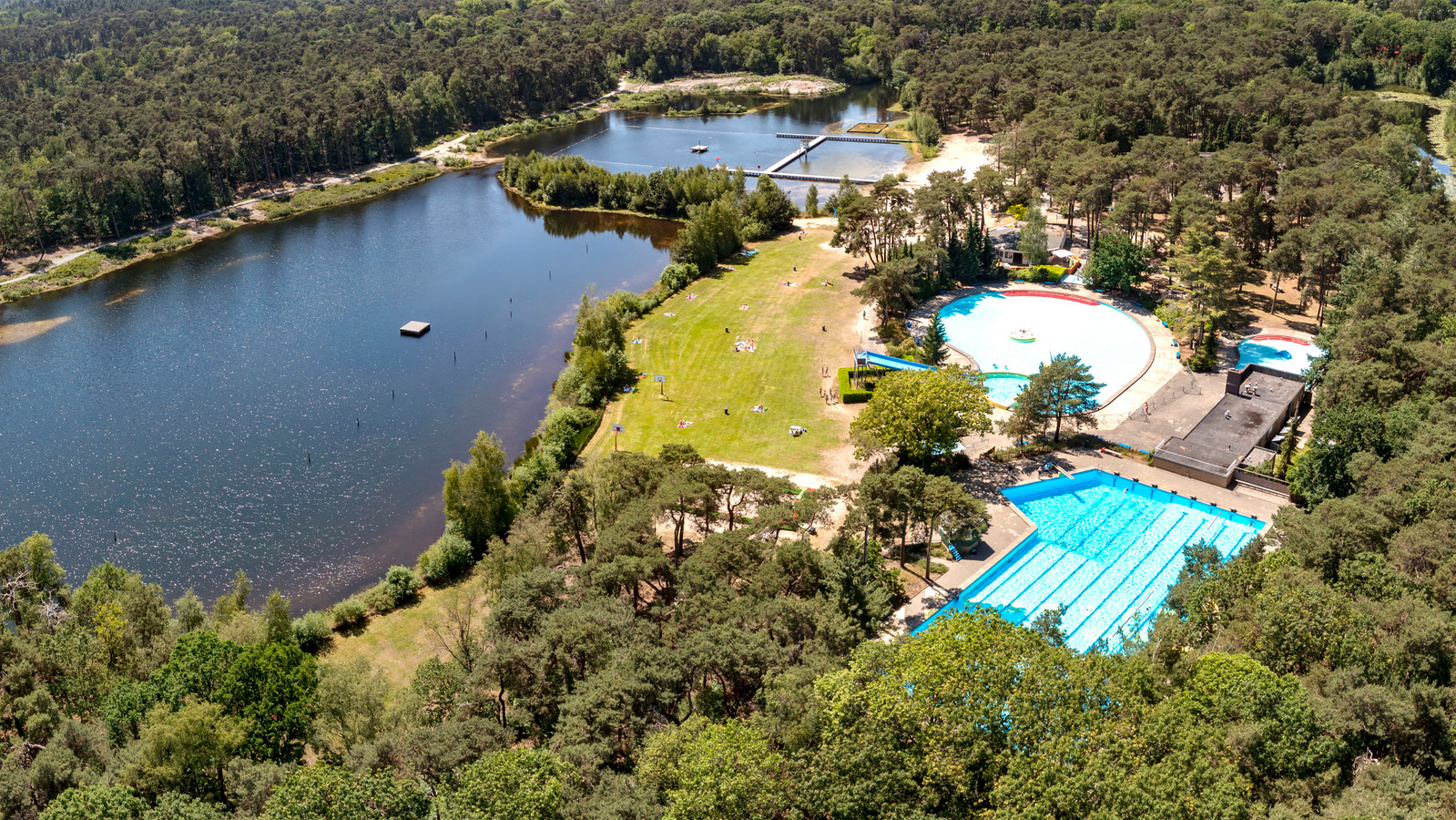 Openluchtzwembad Staalbergven biedt badgasten zowel chloorbaden als natuurwater (waarbij alleen het rechterdeel nog gebruikt mag worden).