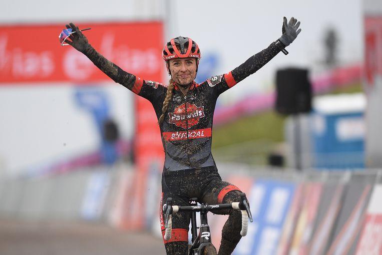 Denise Betsema viert haar overwinning in Hulst.  Beeld BELGA