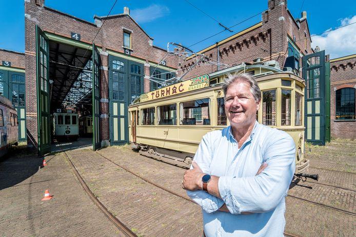 Rob Brons is gastheer op de toeristentram in Den Haag.