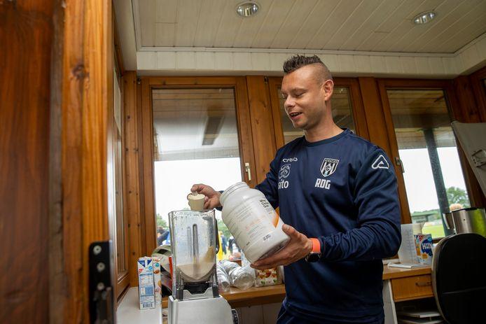 Randy de Groot is de nieuwe kok van Heracles. Naast het trainingsveld in Duitsland mixt hij shakes voor de spelers.