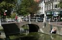 Een bruggetje over de gracht aan de Voorstraat in Delft.