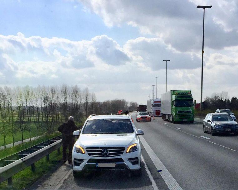 De ambulanciers moesten twintig minuten wachten tot de komst van de politie om veilig de bestuurder uit zijn wagen te kunnen evacueren.