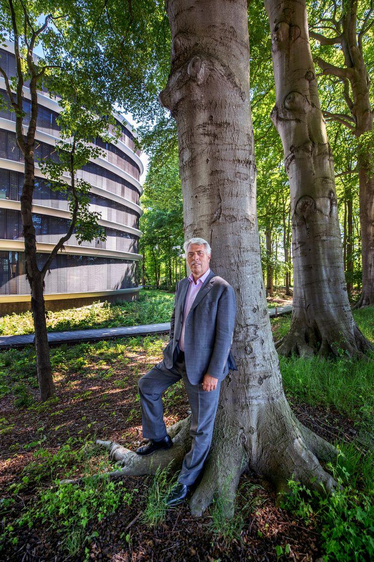 Peter Blom, bij het hoofdkantoor van de Triodos Bank in Driebergen. Beeld Raymond Rutting / de Volkskrant
