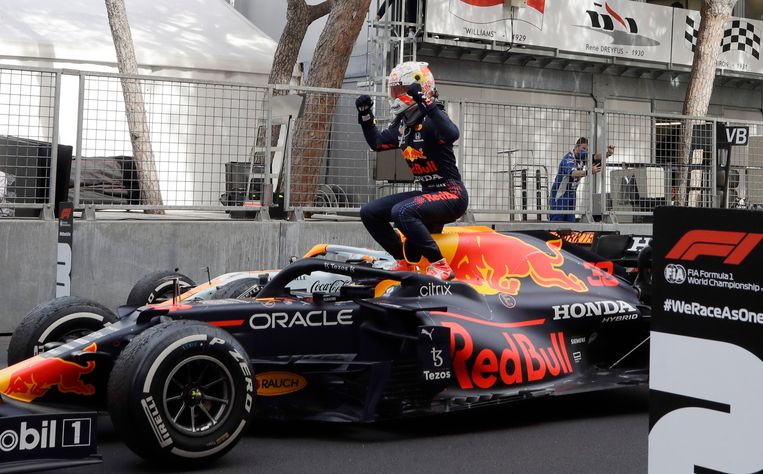 Max Verstappen viert zijn overwinning. Beeld AP
