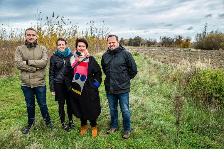 Gene Vangampelaere, Katrien Gryspeerdt, schepen Michèle Hostekint en Giovanni Vandewaetere zijn klaar om het Krommebeekbos 3,5 hectare uit te breiden.