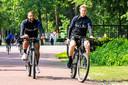 Memphis en Frenkie de Jong komen op de fiets naar de training.