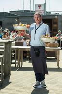 Genoeg kelners vinden voor het terras, hier De Oesterput in Blankenberge, het is geen evidentie.