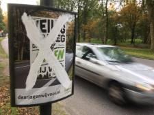 Activist besmeurt posters van jagers in Apeldoorn: 'Om mijn eerste woede te uiten'