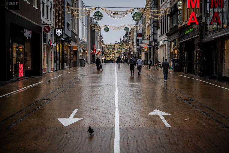 Een verlaten Herestraat, de grootste winkelstraat van Groningen. Beeld Kees van de Veen