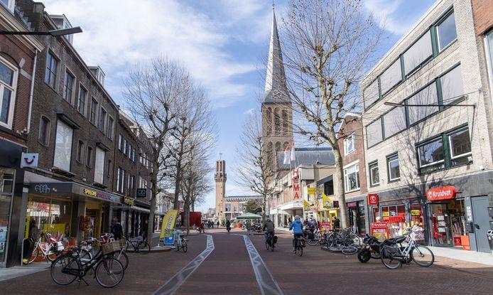 De vernieuwde binnenstad, met cortenstalen goten en rode bestrating. Tasche Mode wijt het faillissement aan de herinrichting van de straat, waardoor de loop er uit was.