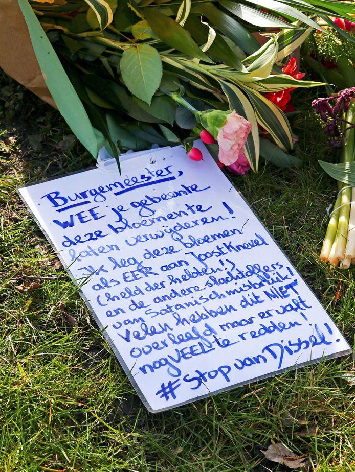 Complotdenkers in Bodegraven leggen bloemen bij de begraafplaats.