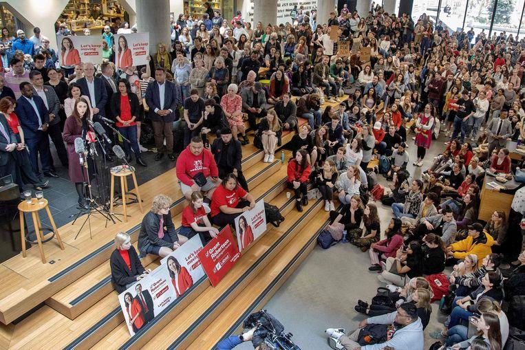 Aanhangers van premier Ardern dromden afgelopen week bij campagnebijeenkomsten om haar heen, zonder mondkapjes. Beeld AFP